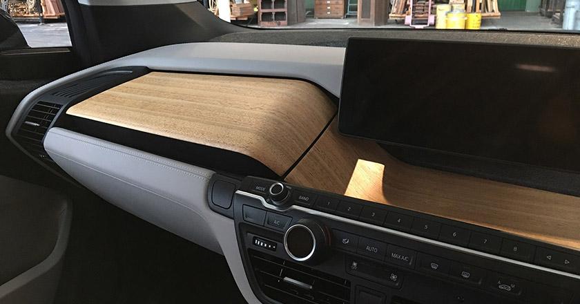 طراحی خارجی این خودرو کاملا آینده نگرانه است و طراحی داخلی آن نیز به همان نسبت جذاب است. فضای داخلی از مواد بازیافتی طراحی شده و صندلی های جدید بکار رفته در آن، نوید یک مسافرت راحت را می دهد. با وجود آنکه این خودرو از بیرون کوچک به نظر می رسد؛ اما فضای داخلی آن به طرز باورنکردنی بزرگ و جادار طراحی شده است. چهار نفر بزرگسال، فضای نسبتا راحتی را در اختیار خواهند داشت.