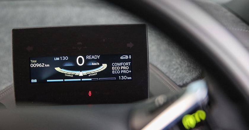 حال که صحبت از وزن شد، باید گفت که استفاده گسترده از فیبر کربن چیزی حدود 350 کیلوگرم، وزن کلی این دو مدل را کاهش داده است. با این ساختار فیبر کربنی جدید، وزن خودرو به ترتیب در مدل های94Ah و94Ah REx به 1245 کیلوگرم و 1365 کیلوگرم محدود شده است. با وجود این کاهش وزن، عملکرد شتاب صفر تا 100 آن نیز حدود 0.1 ثانیه کاهش یافته است. شتاب صفر تا 100 مدل94Ah به 7.3 ثانیه رسیده و مدل 94Ah REx می تواند در مدت زمان 8.1 ثانیه از حالت سکون به سرعت 100 کیلومتر بر ساعت برسد.