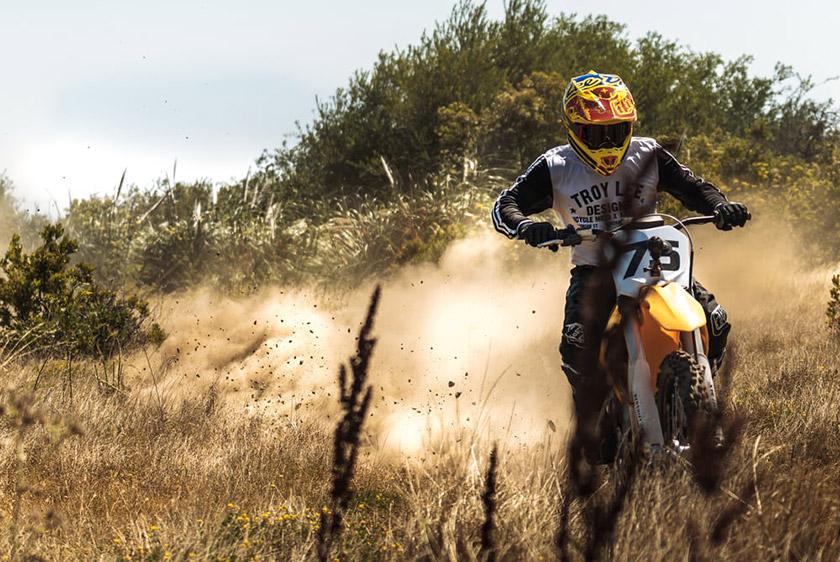 موتورسیکلت الکتریکی ردشیفت MX حاضر در این مسابقه دقیقا مشابه نسخه ایست که برای فروش عرضه شده است؛ البته برخی موارد مربوط به راننده ی حرفه ای مثل دسته ها، دندانه های جای پا و سیستم تعلیق، کمی تغییر کرده اند.